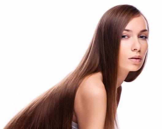 Haaröle sind eine gute Möglichkeit, das Haar zu seiner Glanzzeit zu führen. (Bild: © Elena Kharichkina - shutterstock.com)
