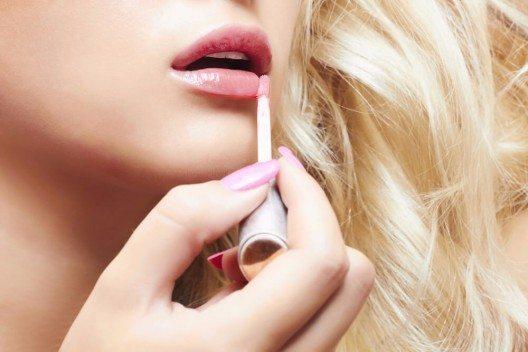Lipgloss lässt sich als verflüssigte Make-up-Lippenfarbe mit Pflegestoffen und feuchtigkeitsspendenden Stoffen beschreiben. (Bild: © Eugene Partyzan - shutterstock.com)