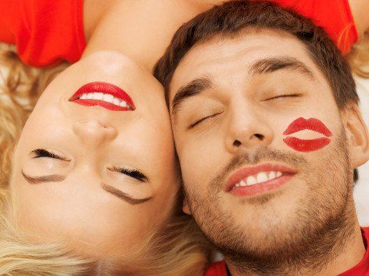 58 % der Befragten erklärten, bei gepflegten Zähnen und einem schönen Lächeln förmlich dahinzuschmelzen. (Bild: Syda Productions – Shutterstock.com)