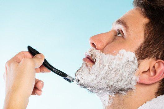 Preshave-Produkte schützen die Haut schon vor der Rasur. (Bild: Voyagerix – Shutterstock.com)