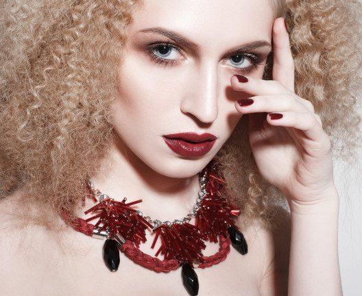Marsala ist nach wie vor im Trend. (Bild: ata Mamai – Shutterstock.com)