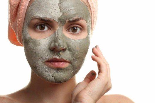 Schlick und Schlamm werden häufig als Basis für Masken verwendet. (Bild: © Studio KIWI - shutterstock.com)