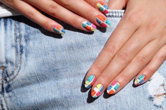 Ausgefallene Muster auf den Nägeln sehen toll aus (Bild: © elena1110 - shutterstock.com)