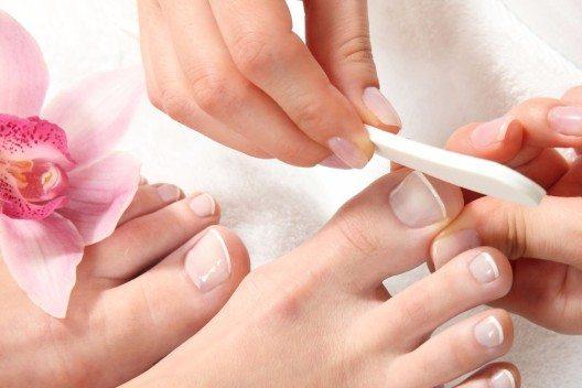 Den letzten Schliff verleiht die Nagelfeile. (Bild: © sabine hürdler - fotolia.com)