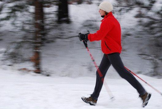 Für Power Walking im Winter finden sich oft schöne Strecken direkt vor der eigenen Haustür. (Bild: gorillaimages – Shutterystock.com)