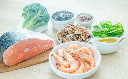 Eine ausreichende Versorgung mit den entzündungshemmenden Omega-3-Fettsäuren ist für den Körper essenziell. (Bild: alexpro9500 – Shutterstock.com)