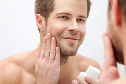 Laut Umfrage bevorzugen auch Männer Produkte mit natürlichen Pflanzenstoffen. (Bild: © And-One - shutterstock.com)