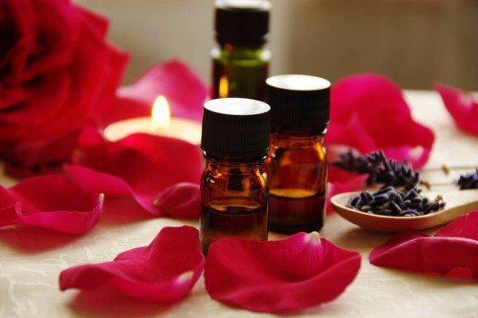 Das gewonnene Öl ist in Form der Aromatherapie bekannt für seine heilungsfördernden Eigenschaften. (Bild: © Botamochy - shutterstock.com)