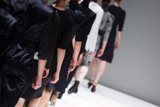 Auf den Fashion Weeks für Herbst und Winter zeigten die Designer, wie man den Schwarz-Weiss-Trend interpretieren kann. (Bild: © Catwalk Photos - shutterstock.com)
