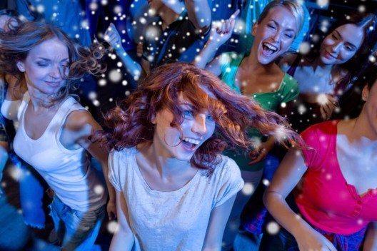 Für viele Winterurlauber spielt der Wintersport nur noch eine untergeordnete Rolle - wichtiger ist die Party danach. (Bild: © Syda Productions - shutterstock.com)