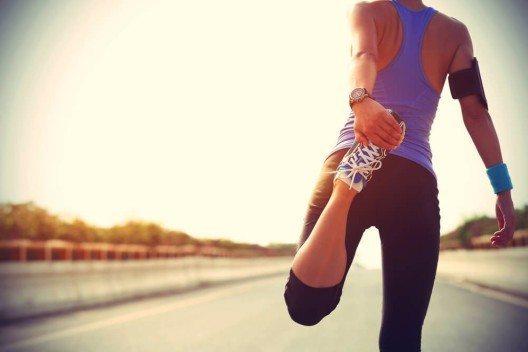 Durch Sport lässt sich zwar Fett verhindern und abbauen, allerdings keine Haut straffen. (Bild: © lzf - shutterstock.com)