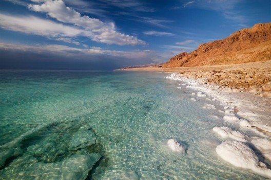 Kein anderes Gewässer fasziniert die Menschheit mehr als das Tote Meer. (Bild: © Nickolay Vinokurov - shutterstock.com)