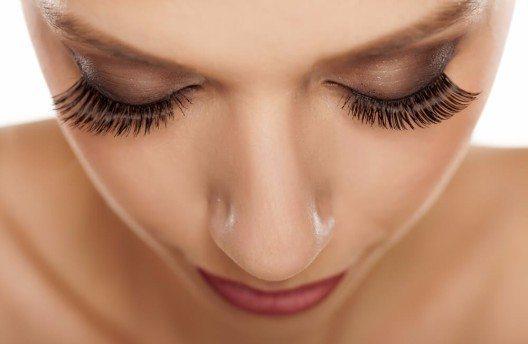 Einen XXL-Effekt gibt es mit einzelnen falschen Wimpern, die vorsichtig zwischen den eigenen platziert werden. (Bild: © Vladimir Gjorgiev - shutterstock.com)