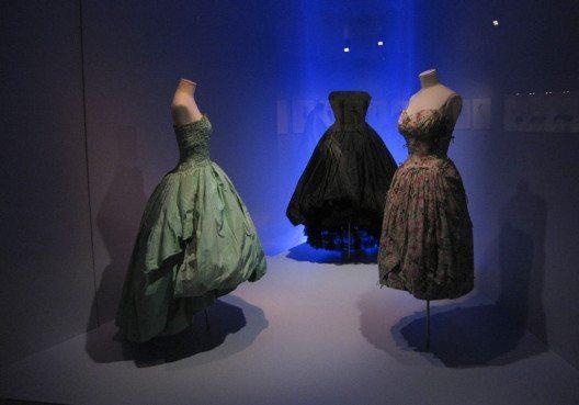 Kreationen von Christóbal Balenciaga (Bild: Kippelboy, Wikimedia, CC)