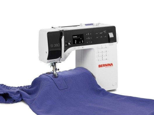 Neben der Faser entscheidet die generelle Beschaffenheit des Stoffs vor dem Einspannen in die Maschine, wie gut oder schlecht die ersten Nähergebnisse werden. (Bild: © bernina.com)