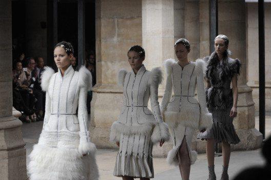 Alexander McQueen sorgte auf seinen Schauen immer gerne für Aufsehen. (Bild: FashionStock.com – Shutterstock.com)