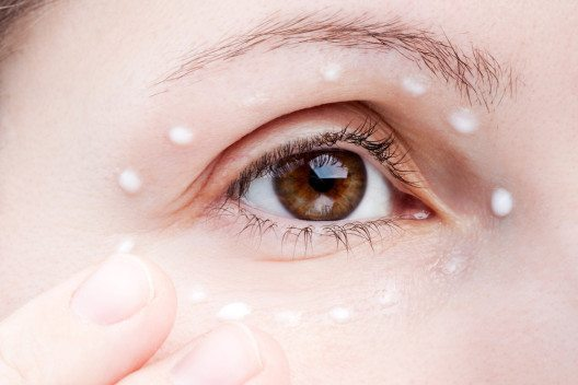 Man unterstützt die Augenpartie am besten mit einer leichten Creme. (Bild: Ilya Andriyanov – Shutterstock.com)