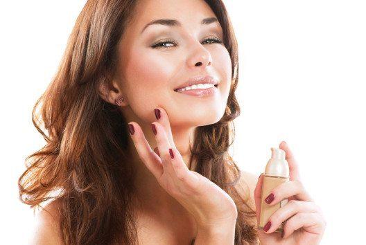 Eine BB Cream hat schon beinahe jede einmal ausprobiert. (Bild: Subbotina Anna – Shutterstock.com)