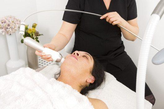 Ab dem ca. 25. Lebensjahr setzt bei jedem Menschen die Hautalterung ein. (Bild: Kjetil Kolbjornsrud – Shutterstock.com)