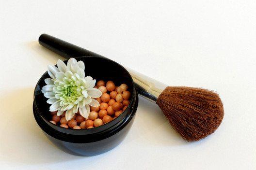 Die Nuance des Bronzers sollte nicht zu extrem vom eigenen Hautton abweichen. (Bild: Jelena Stojic – Shutterstock.com)