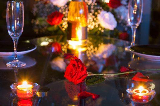 Ein romantisches Candle-Light-Dinner – eine romantische Alternative zu klassischen Geschenken. (Bild: KieferPix – Shutterstock.com)