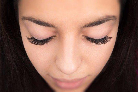 Für den betörenden Augenaufschlag der Twenties ist eines ganz wichtig: schwarzer Eyeliner! (Bild: © kak2s - shutterstock.com)