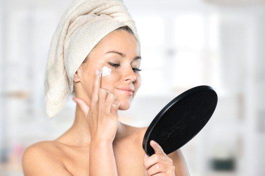Wichtig ist es, eine passende Nachtpflege auszuwählen. (Bild: Aleksandra H. Kossowska – Shutterstock.com)