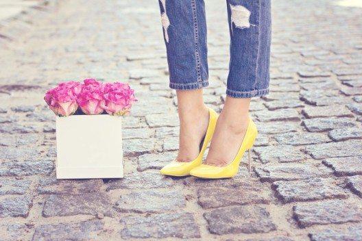 Besonders fallen die frischen Akzente durch leuchtend gelbe Schuhe auf. (Bild: Julia Lototskaya – Shutterstock.com)