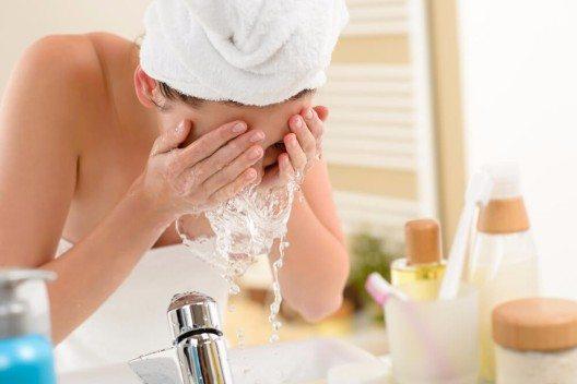 Vor der Ampullenbehandlung sollte das Gesicht gründlich gereinigt werden. (Bild: © CandyBox Images - shutterstock.com)