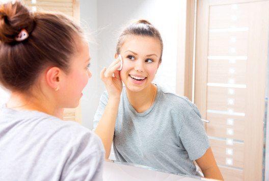 Es kommt auf die richtige Reinigung mit sanfter, auf den Hauttyp abgestimmter Pflege an. (Bild: Subbotina Anna – Shutterstock.com)
