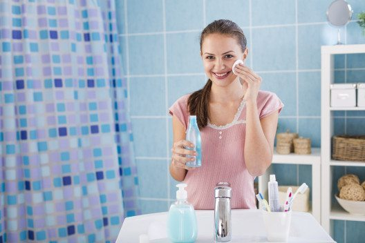 Das Tonic verfeinert die Poren, klärt und erfrischt spürbar. (Bild: DeeMPhotography – Shutterstock.com)