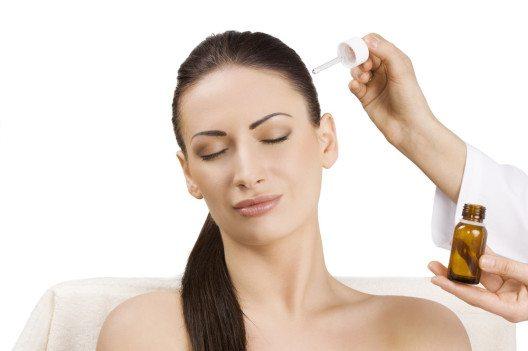 Die Wahl der richtigen Pflegeprodukte ist die Grundlage für gesund aussehendes Haar. (Bild: rubchikovaa – Shutterstock.com)