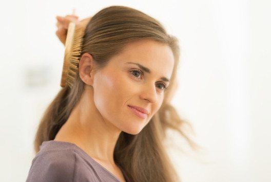 Im trockenen Zustand ist die Haarstruktur robuster. (Bild: Alliance – Shutterstock.com)