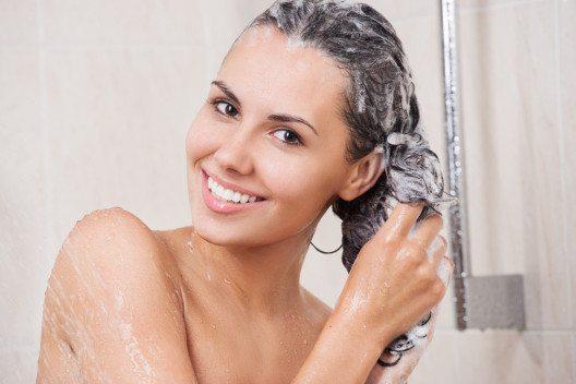 Volumenshampoos enthalten häufig strukturgebende Substanzen. (Bild: NotarYES – Shutterstock.com)