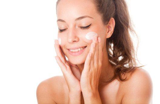 Trockene Haut braucht sowohl Feuchtigkeit als auch Fett. (Bild: © lithian – Shutterstock.com)