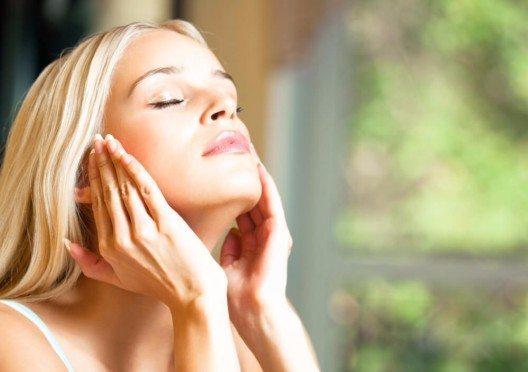 Für eine schöne und gepflegte Haut haben sich auf dem aktuellen Markt verschiedene Marken etablieren können. (Bild: © vgstudio - shutterstock.com)