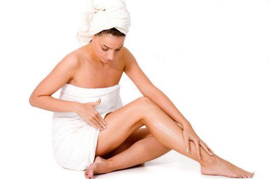 Es ist wichtig, die Haut nach dem Baden umfassend mit Feuchtigkeit zu versorgen. (Bild: Ivan Josifovic – Shutterstock.com)