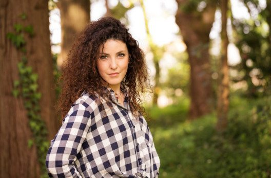 Rockige lange Haare, zerrissene Jeans und lässige karierte Flanellhemden - Moderevival der 90er. (Bild: Bruno Ismael Silva Alves – Shutterstock.com)