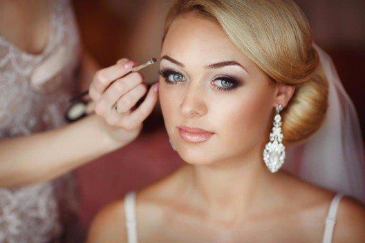 Dank wasserfester Wimperntusche, wischfestem Eyeliner und langanhaltender Lippenfarbe können zu Tränen gerührte Bräute allen Emotionen freien Lauf lassen. (Bild: © armina - fotolia.com)