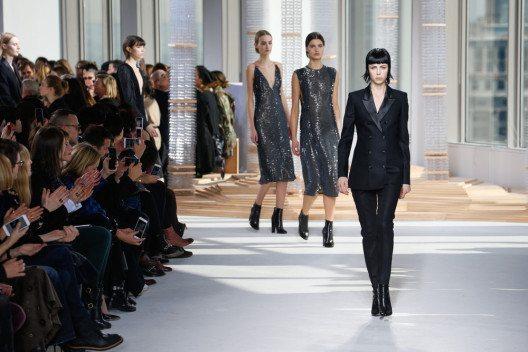 Die Marke Boss ist bekannt für elegante Anzüge und geradlinigen Chic. (Bild: FashionStock.com – Shutterstock.com)
