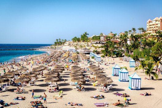 Ein besonders beliebtes Reiseziel in der kalten Jahreszeit sind die Kanarischen Inseln. (Bild: Alexander Tihonov – Shutterstock.com)
