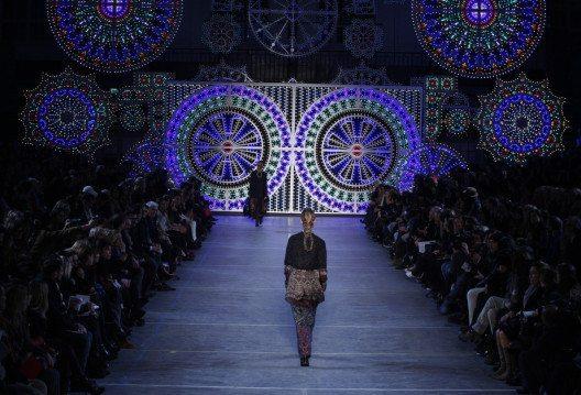 Kenzo Takada gab dem Modebusiness in Paris mit seinem Stil ein kreatives Update. (Bild: FashionStock.com – Shutterstock.com)