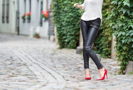 Eine perfekt sitzende schwarze Hose aus Leder ist so vielseitig wie zeitlos. (Bild: Kaspars Grinvalds – Shutterstock.com)