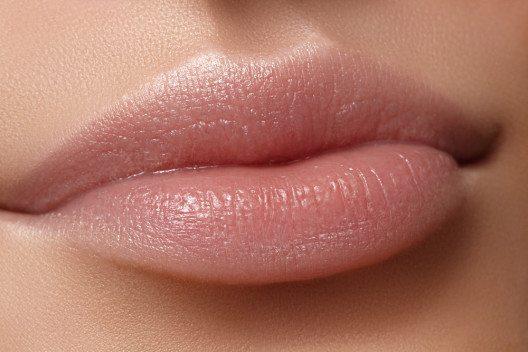 Ein schöner Glanz wird im Lip Gloss durch das Rhizinusöl erreicht. (Bild: marinafrost – Shutterstock.com)