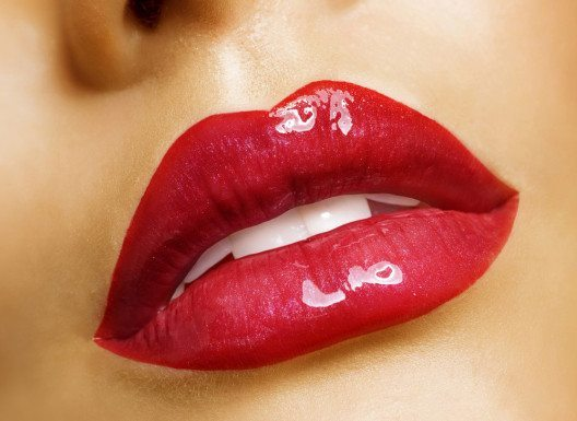 Glänzende Lippenstifte enthalten kleine Glimmerpartikel, die das Licht reflektieren. (Bild: Subbotina Anna – Shutterstock.com)
