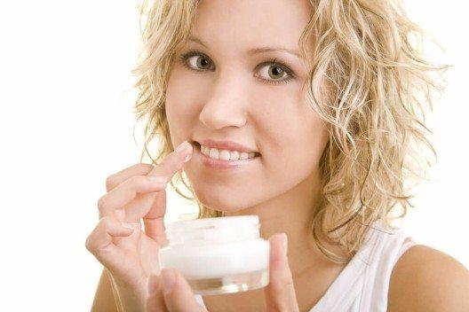 Wenn die Lippenhaut besonders trocken und rau und ein Auftragen vielleicht unangenehm ist, kann eine Creme aufgrund ihrer Konsistenz empfehlenswert sein. (Bild: © Robert Kneschke - shutterstock.com)