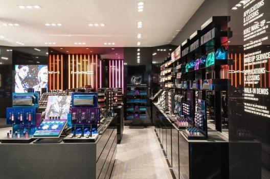 Durch Mund-zu-Mund-Propaganda Kultstatus erlangt, zählt M·A·C heute zu den einflussreichsten Marken in der Kosmetikbranche.