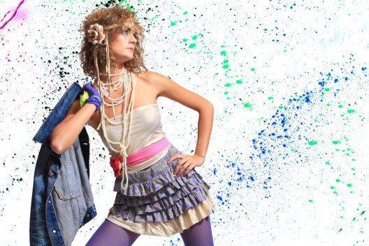 Schrill, laut und elektrisierend – 80er-Fashion. (Bild: Netfalls - Remy Musser – Shutterstock.com)