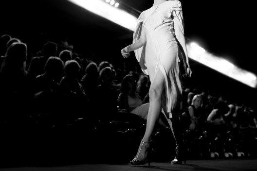 Seit dem 19. Jahrhundert reiste man nach Paris, um die Kreationen der Couturiers anzuschauen. (Bild: Catwalk Photos – Shutterstock.com)