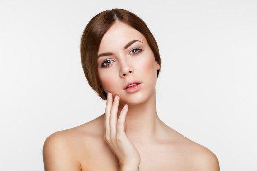Natürliche Frische wird durch einen Hauch Blush gezaubert. (Bild: VeryUlissa – Shutterstock.com)
